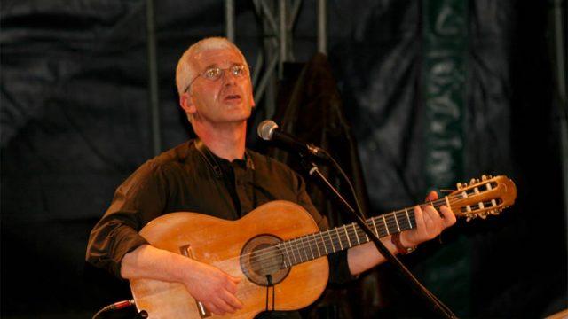 Éric Fraj au chant et à la guitare